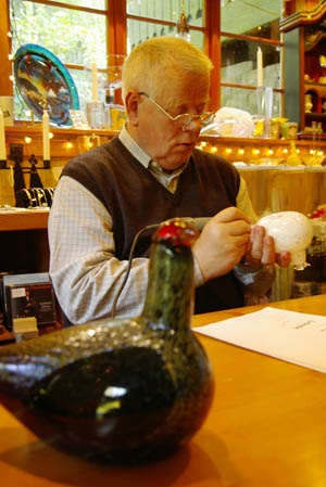Glass artist Oiva Toikka at the chalet in the Woods signing his lovely birds
