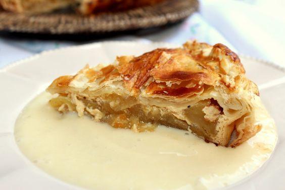 Según la Wikipedia, la American apple pie, o tarta de manzana americana, es una receta que introdujeron los colonos Ingleses en el país (sobre el siglo XVII). Desde entonces, hasta nuestros días, esta tarta se ha convertido en todo un símbolo nacional en Estados Unidos.
