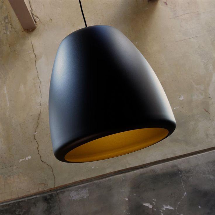De Hala Clooney Hanglamp is ontworpen door kunstenaar pur sang Peter Kos. Het ontwerp is klassiek, modern en doeltreffend. Robuuste vormen en eerlijke materialen worden één in deze bijzondere lamp. Prachtig boven de eettafel, in woon- of slaapkamer.