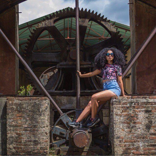Una imagen - complacido con el espacio tiempo que resuena en lo profundo de lo que observo. Matices que se arman y componen una interpretación presente en un contexto bi dimensional.  Modelo : @angelalunag  Foto : @henyfrias  #latinwoman #ig_caracas #instave #instavenezuela #caracas #haciendalavega #rmtf #eluniversalweb #sunday #instamood #streetphotography #henyfrias #venezuela