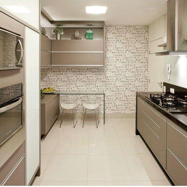 Cozinha bege lindaaaaa! Amei o adesivo na parede!! Projeto @arqmbaptista Veja + no blog www.construindominhacasacleab.com #blog #construindominhacasaclean #casaclean #casa #home #decor #decoracao #decoração #design #interiordesign #arquitetura #cozinha #kitchen #iluminação #adesivo #midia #midiassociais