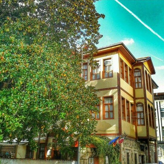 Ünye'de bulunan Sebile Hanım Konağı... Tapu kayıtlarına göre 1877 yılında yapıldığı belirtilen tarihi konak, Osmanlı mimarisine uygun olarak yapılmıştır. Konağın üst köşesinde MAŞALLAHU KANE (Allah İsterse Olur) ibaresi yazılıdır. photo@ademozataa  #ünye #konak #ordu #karadeniz #turkey #memleketordu #travel