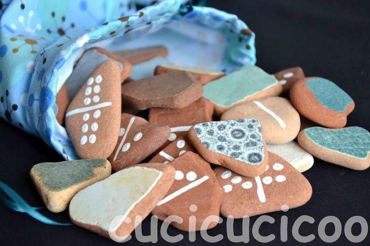 Crea i domino da pietre o da mattonelle rotte raccolte dalla spiaggia. Ottima idea regalo! www.cucicucicoo.com