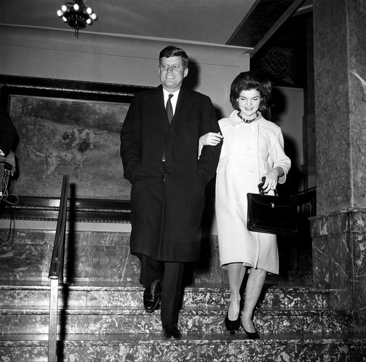 1960. 5 Avril. Sen. John F. Kennedy and his wife, Jacqueline, walk arm-in-arm as they leave the Milwaukee Journal building after a successful Democratic presidential preference primary in Milwaukee, Wisconsin