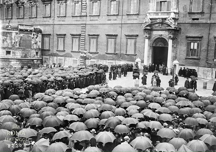 Piazza del Quirinale (1923) La folla a palazzo reale per le nozze della principessa Iolanda di Savoia con il Conte Carlo Calvi di Bergolo.