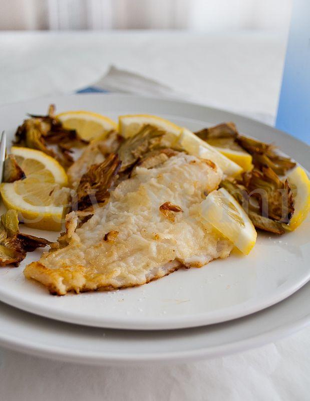Le scaloppine di platessa con carciofi è un facile secondo a base di pesce accompagnato con delle fette sottili di carciofi croccanti al limone.