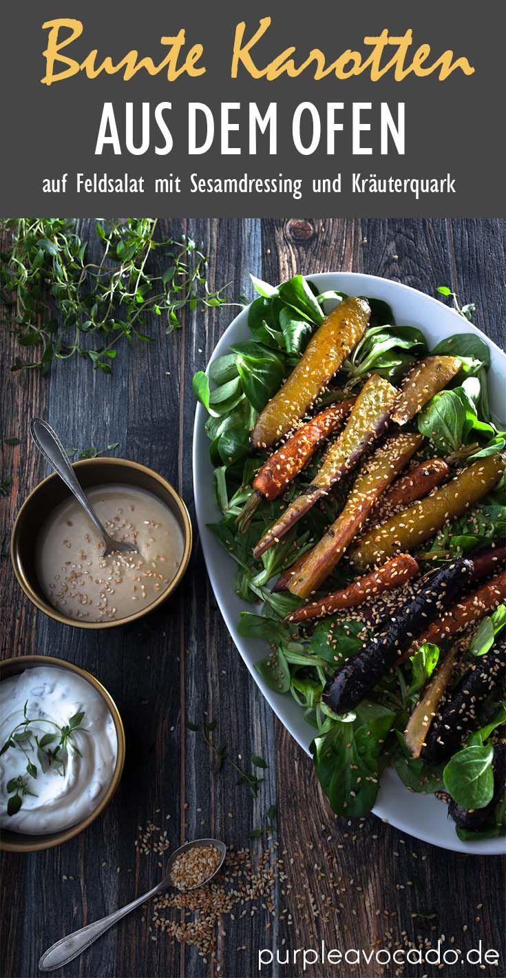 Zu Ostern gibt es dieses Jahr mal bunte Karotten und Pastinaken aus dem Ofen. Mit Ahornsirup und Thymian mariniert, auf einem Bett aus Feldsalat mit einem würzigen Sesamdressing. Dazu gibt es geröstete Sesamkörner und Kräuterquark.