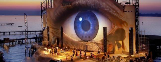 Bregenzer FestspieleBesondere Empfehlungen der Redaktion - Bei den Bregenzer Festspielen im Juli/August beginnt ein Opernabend lange bevor der Dirigent den Taktstock hebt. Schiffe bringen die Besucher über das Wasser direkt an die Seebühne. So werden diese selbst Teil der Inszenierung. Bregenzer Festspiele, Seebühne Auge © Bregenzer Festspiele/ Benno Hagleitner