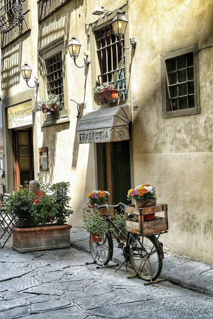 An adorable Italian corner in Florence, Italy ❤️