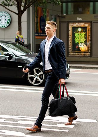 ビジネスカジュアルの着こなし・コーディネート一覧【メンズ】 | Italy Web シャツは第一ボタンを空け、全体的にスリムシルエットで仕上げている点も今風。 ネイビージャケットでビジネスカジュアルをするなら…