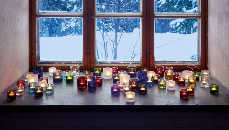 De Kivi-waxinelichthouders van Iittala zijn er in vele mooie kleuren. Het dikke glas zorgt voor een mooie schittering van het kaarslicht en een gezellige sfeer.
