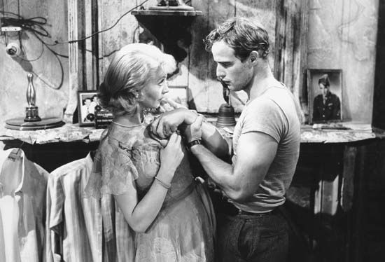 Disturbed Blanche DuBois (Vivien Leigh) moves in with her sister in New Orleans and is tormented by her brutish brother-in-law Stanley Kowalski (Marlon Brando) while her reality crumbles around her.