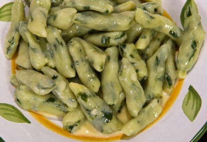 Spenótos nudli fokhagymás sajtmártással recept képpel. Hozzávalók és az elkészítés részletes leírása. A spenótos nudli fokhagymás sajtmártással elkészítési ideje: 80 perc