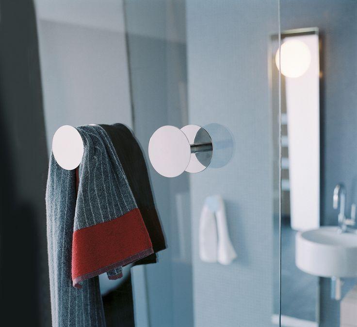 Gli #accessori #Hoop sono stati disegnati dagli architetti King e Roselli originariamente per le stanze e le suite dell'ES hotel di Roma. La linea Hoop è composta da portarotolo, portascopino e portasciugamani in due diverse misure. Il buon #arredamento è fatto anche di dettagli e particolari. www.gapsarinionline.it @FlaminiaDesign #bagno #casa #interiors #accessories #details #home #bathroom #weloveit