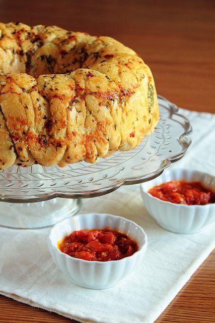 Garlic Parmesan Pull-Apart Bread with marinara dipping sauce. Yum!!!!: Garlicparmesan, Parmesan Pull Apartment, Breads Recipes, Garlic Breads, Parmesan Pullapart, Pull Apartment Breads, Monkey Breads, Pullapart Breads, Garlic Parmesan