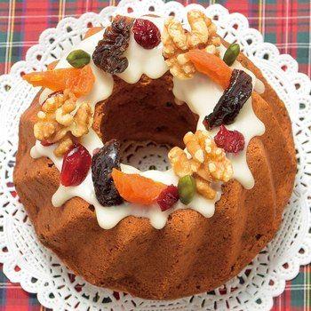 ドライフルーツとナッツがたっぷり入ったクグロフ型のケーキは、シナモンやカルダモンなどのスパイスを効かせるとより大人っぽいクリスマスケーキに変身します。アイシングとごろっと飾ったドライフルーツやクルミがとても良く映えますね。