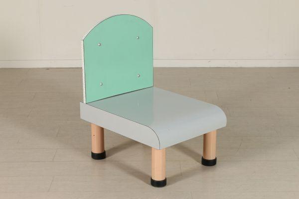Sedia che nello stile ricorda il movimento fondato negli anni 70 da Ettore Sottsass; legno ricoperto in formica, metallo. Buone condizioni, presenta piccoli segni di usura.