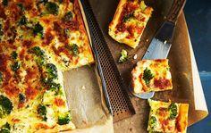 Parsakaalipiirakka on maukas kasvispiirakka, joka saa mehukkuutta kolmesta eri juustosta. Ohjeella leivot koko pellillisen, josta saat noin 15 palaa.