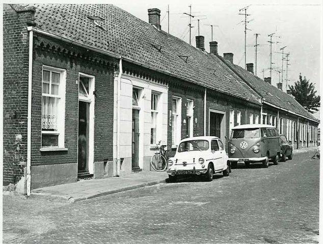 Nieuwstraat of Botstraat (genaamd naar dhr Bot die hier diverse woningen bezat en in overwegend slechte staat verhuurde). Links de zuivelwinkel van van Iersel (bijnaam De Muilezel)
