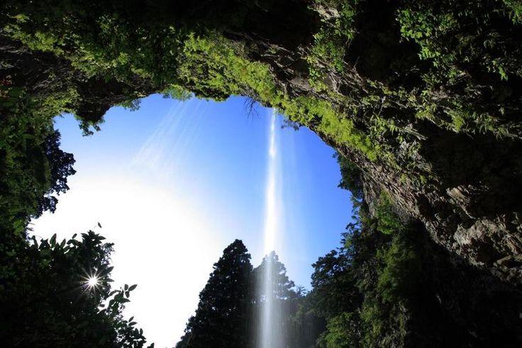 山陰・山陽で見る「至極の絶景」をご紹介していきたいと思います。鳥取・島根・岡山・広島・山口の5県を含む中国地方を大きく2つにわけると、瀬戸内方向と、日本海側とになりますね。どちらも大自然に恵まれ、観光で行きたいスポットが満載なんです。日本を代表する木造橋、標高数百メートルにある広大な高原地帯など、名所ばかりです。季節のよっても違う顔をみせてくれるので、何度も訪れてみたくなりますよ。今回は、そ...