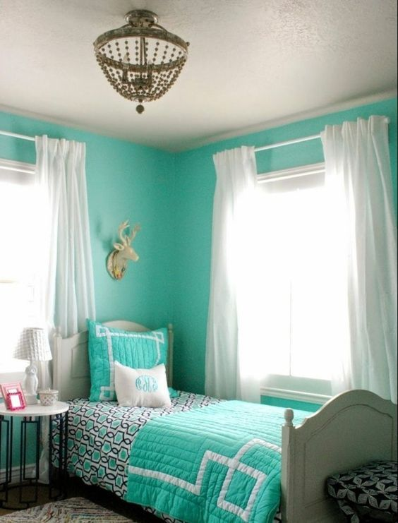 chambre turquoise tapis multicolore rideaux blancs lampe de chevet couverture de lit with. Black Bedroom Furniture Sets. Home Design Ideas