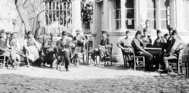 Χανιά δεκαετία του 1910 με το ´Μουκεβήτ Χανέ´, το λεγόμενο ´Αραβικό περίπτερο´ της πλατείας της Σπλάντζιας: Ο Τουρκοκρητικός καφετζής με την ποδιά, οι μουσουλμάνοι δεξιά και οι νεοφερμένοι στην πλατεία χριστιανοί αστοί με τα διαφορετικά καπέλα. Φωτογραφικό Αρχείο Μανώλη Μανούσακα από την έκθεση: ´ΧΑΝΙΑ-ΒΕΝΕΤΙΑ χθες και σήμερα´