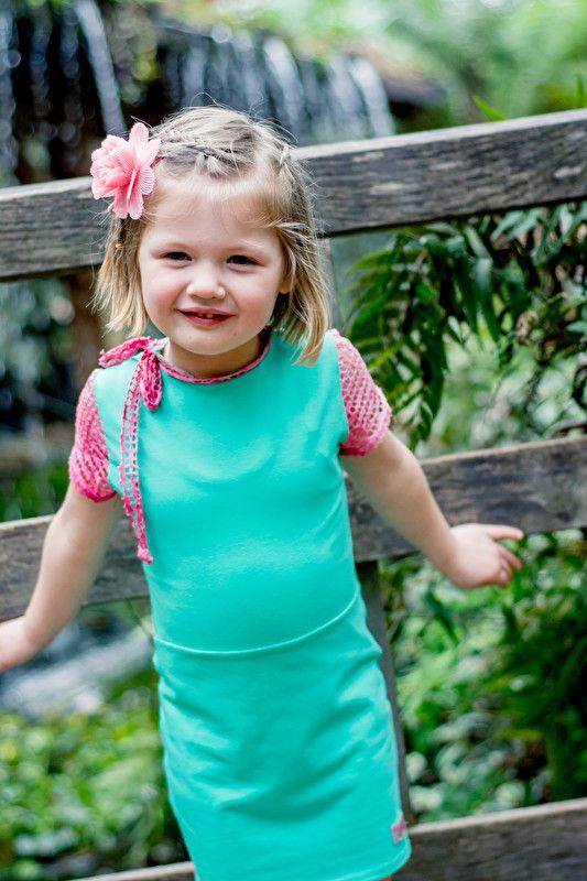 Mu-Chica  Jurkje Love!  Mu-Chica tricot jurkje in turqouise.  Jurkje met korte roze mouwen in tye dye kant.  Hals afgezet met tye dye kant.  Materiaal: 95% katoen 5% elastaan