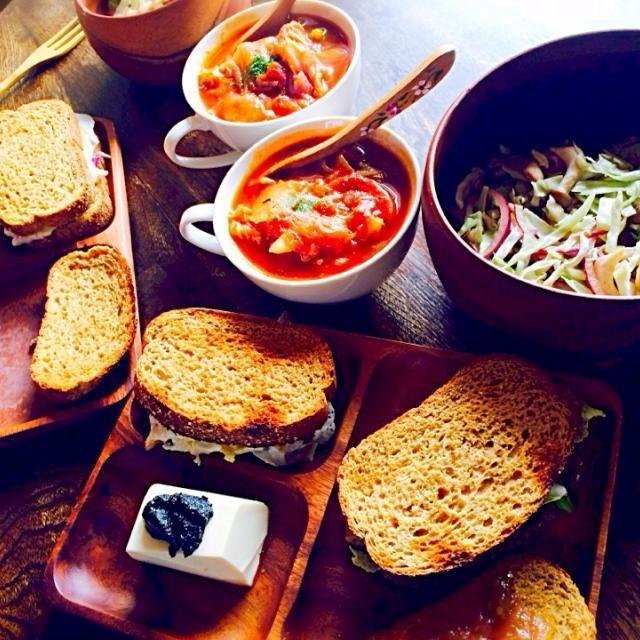 旅行に出るのでこの辺から冷蔵庫一掃メニューになっていきます! - 43件のもぐもぐ - 白菜と赤玉ねぎと茄子のトマトスープと全粒粉パンのサンドイッチ2種とお豆腐の自家製煉胡麻添えと生野菜サラダ by toki69