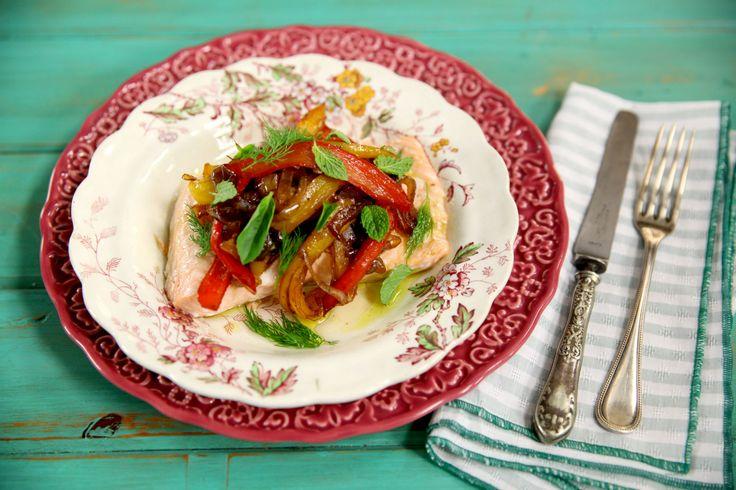 Filé de salmão é cozido no vapor. Anote os ingredientes