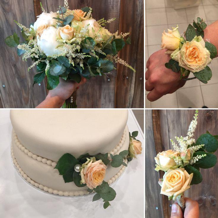 Brudebukett, bryllupskake, blomsterarmbånd og knappehullsblomst i samme stil