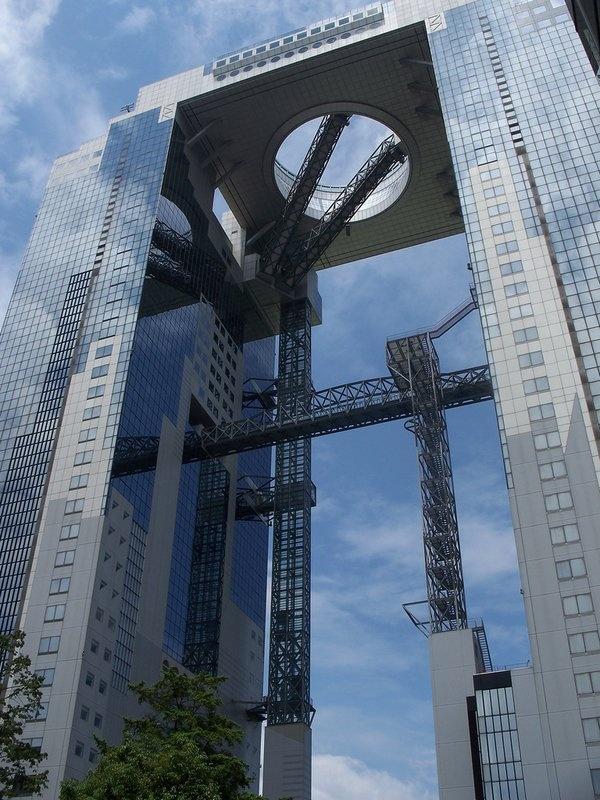 Osaka 梅田空中大厦是大阪的地标建筑,建设的初衷是为了突出未来化,不过我真没觉得……坐玻璃电梯可以直接到顶层,有种玩跳楼机的感觉,我很害怕。大厦地面有很多吃饭的地方,可能是让刚从观景台下来的游客安神的吧…室外观景台很爽,700円。