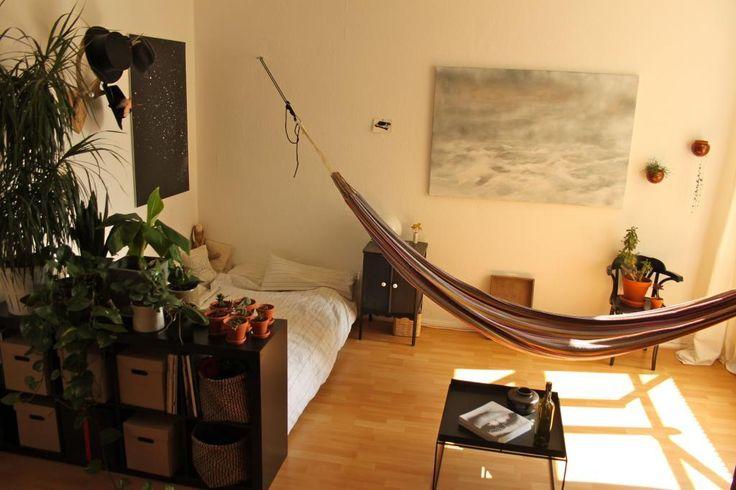 Gemütlich eingerichtetes WG-Zimmer in Berlin mit Hängematte für einen besonderen Wohlfühlfaktor. #WG #Wohngemeinschaft #Einrichtung