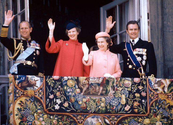 1979. Prins Henrik, prins Philip, dronning Margrethe og dronning Elizabeth II vinker fra balkonen på Amalienborg Slot.
