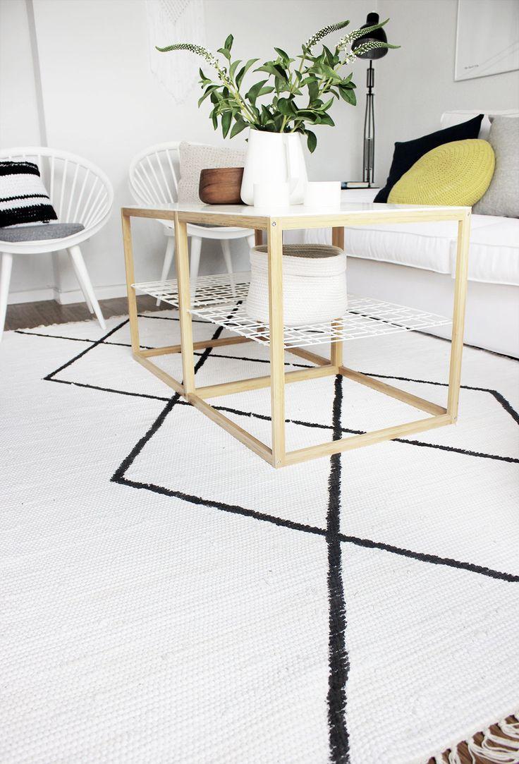Heute zeige ich euchwie versprochen das DIY für meinen Rauten-Teppich! Ist im Grundeeasy und keine große Sache, aber inden Kommentaren zu meinem Wohnzimmer-Umstyling war das Interesse dennoch bereits groß. Das freut mich sehr! Wie kam es eigentlich zu dem DIY-Projekt? Nun, ich war auf der Suche nach einem neuen Teppich und habe mich beim …