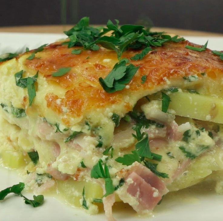 Zapiekanka ziemniaczana z serem, szynką, boczkiem i pietruszką  Czytaj dalej na: http://www.popularne.pl/zapiekanka-ziemniaczana/