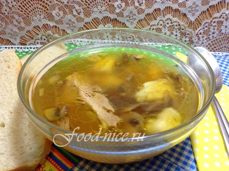 Грибная юшка на мясном бульоне получается очень сытной, а клецки заменяют привычный картофель в супе