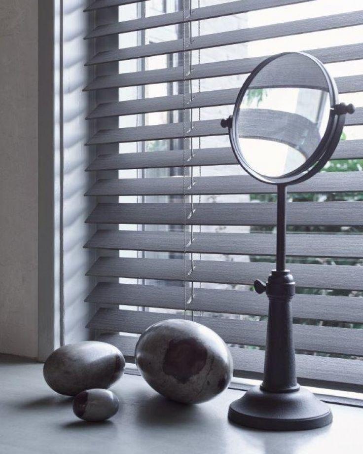 Houten jaloezie Silva detail met decoratie in vensterbank