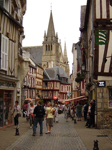 La cathédrale Saint-Pierre de Vannes est une cathédrale catholique romaine située à Vannes, dans le département du Morbihan, en France. Siège du diocèse de Vannes, elle porte aussi le titre de basilique mineure
