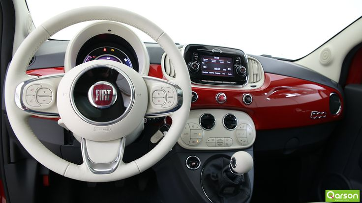 le volant est décoré des inserts chromés. A l'aide du Bluetooth, vous pouvez recevoir des appels mains-libres et même lire vos messages depuis le téléphone. Vous trouverez aussi les commandes vocales pour la radio et les fonctions médias.