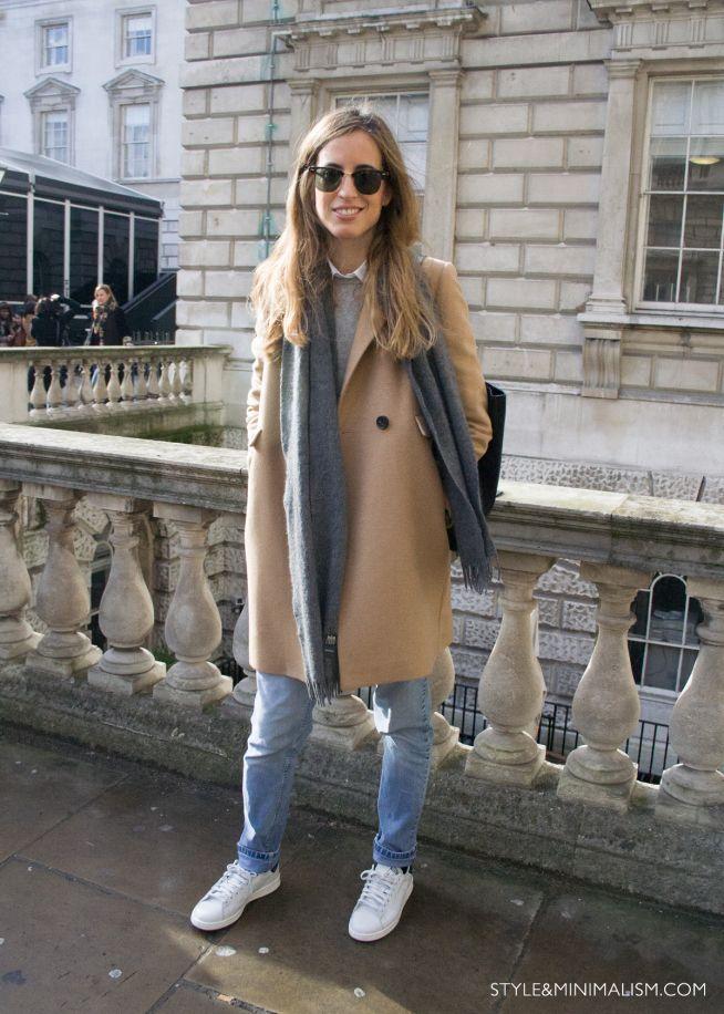 Styl & Minimalizm |  Streetstyle |  LFW AW14 |  Berta Bernad na sobie płaszcz na wielbłądzie, szary sweter, białą koszulę, niebieskie dżinsy, białe adidasy i szary szalik