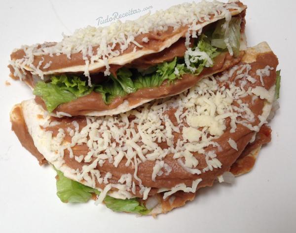 Enchiladas de feijão à moda mexicana, experimente! Clique na imagem para descobrir a receita. #enchiladas #feijao #comida #México #comidamexicana #receitas #TudoReceitas