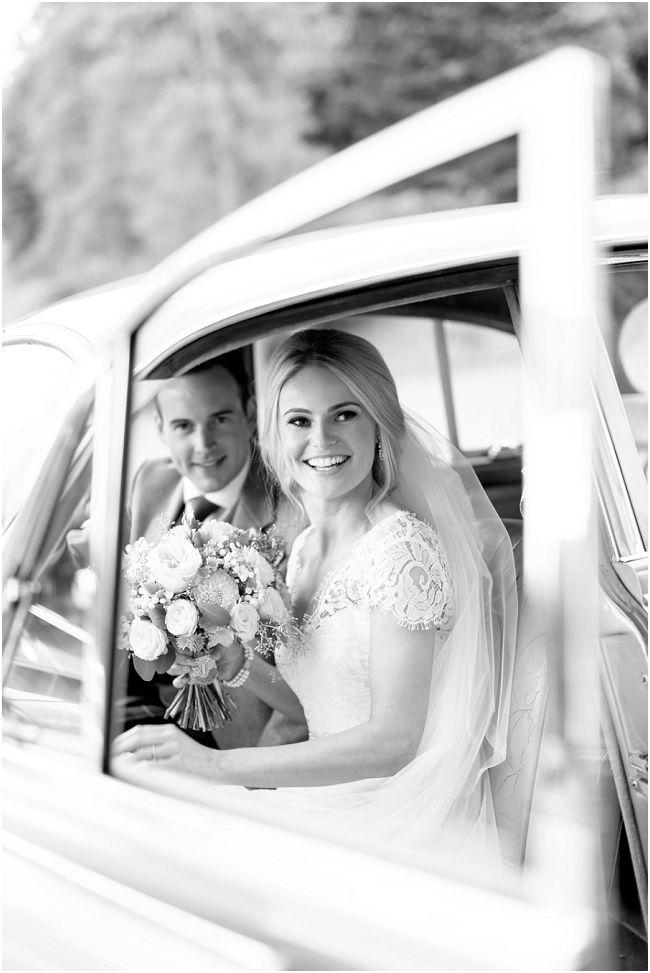 #Hochzeitsfotografie, tolles #Hochzeitsbild, #Brautpaar in einem Oldtimer, der Bildausschnitt rahmt das Brautpaar sehr gut ein, wunderschöner #Brautstrauß, #Weddingphotography, Vintage-Stil