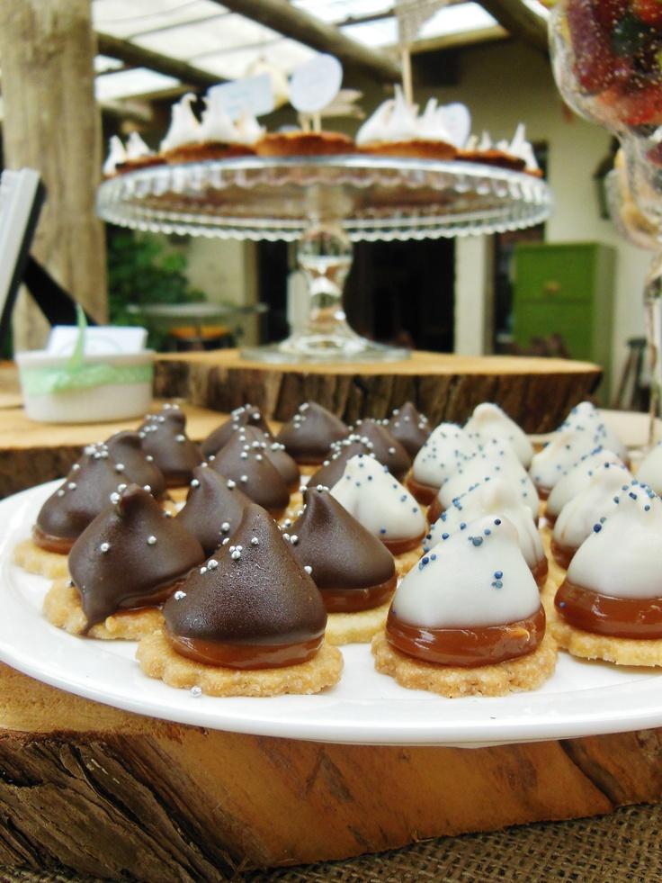 Pinitos de dulce de leche con chocolate negro y blanco, table rústica, Süss Pastelería