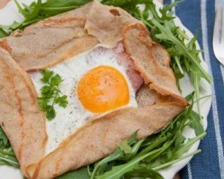 Galettes bretonnes complètes (oeuf, jambon maigre et gruyère allégé) : http://www.fourchette-et-bikini.fr/recettes/recettes-minceur/galettes-bretonnes-completes-oeuf-jambon-maigre-et-gruyere-allege.html