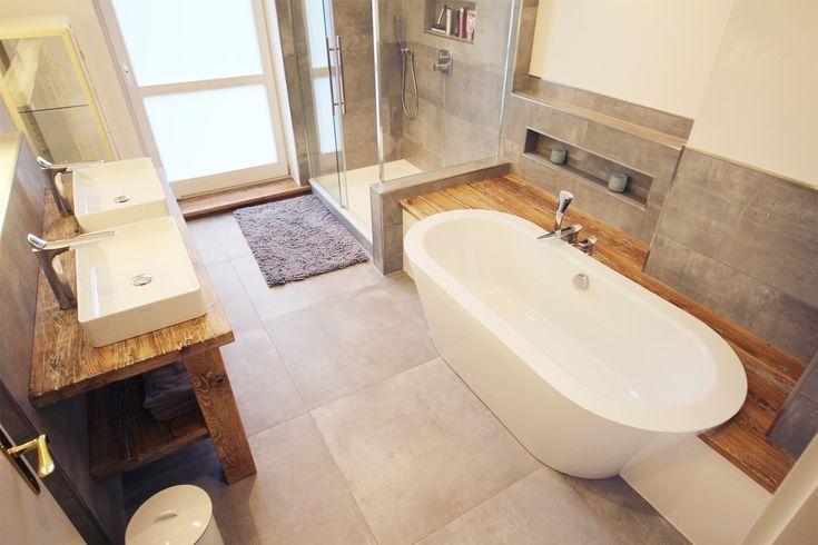 Aufgearbeitetes Holz, eingebaute freistehende Bade…