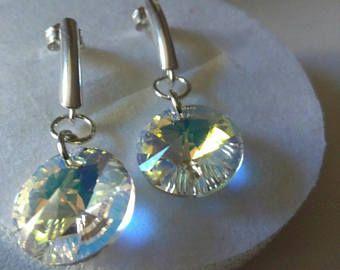 Orecchini con perno in argento 925. I rivoli Swarovski da 12mm nel colore Crystal Aurora Boreale donano agli orecchini lucentezza e brillantezza. Leggerissimi possono essere portati in ogni occasione. Ideali come regalo di Natale.