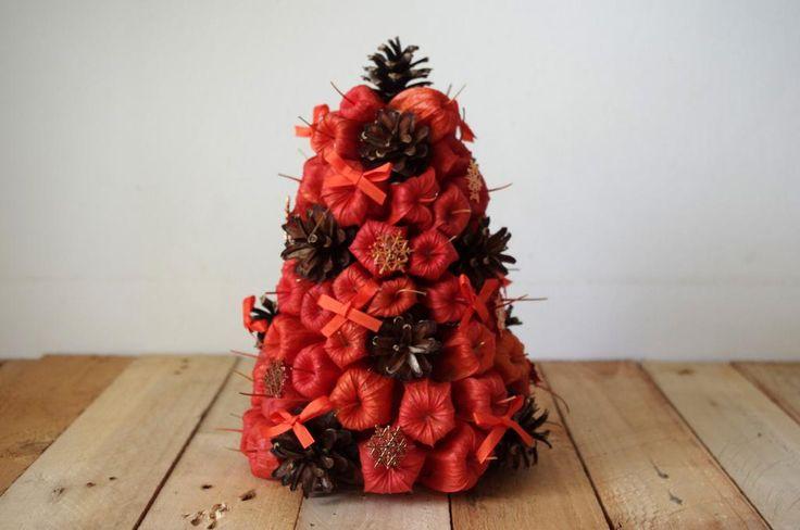 Malý stromeček z přírodnin - Na výrobu jsme znovu použili polystyrenový korpus. Ten obalujeme krepovým papírem aby se přírodniny přilepené tavnou pistolí lépe drželi. Použili jsme šišky, mochyně a malé červené mašličky. ( DIY, Hobby, Crafts, Homemade, Handmade, Creative, Ideas)