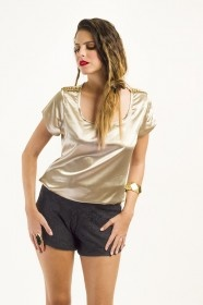 Blusa de cetim caqui, com detalhe em metal dourado nos ombros. Modelagem Solta. Disponível em 3 tamanhos P, M e G.