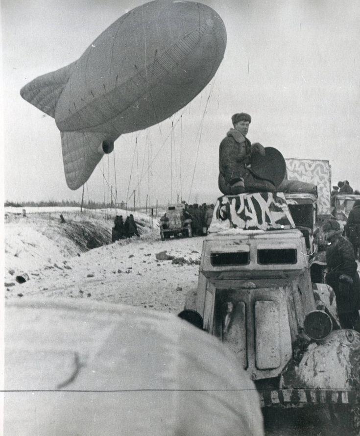 https://flic.kr/p/21kZgkx   1942, Union Soviétique, Lancement du ballon d'observation (remarquez la nacelle dans le fossé dans laquelle se trouve déjà l'équipage). La voiture blindée au premier plan est une BA-20