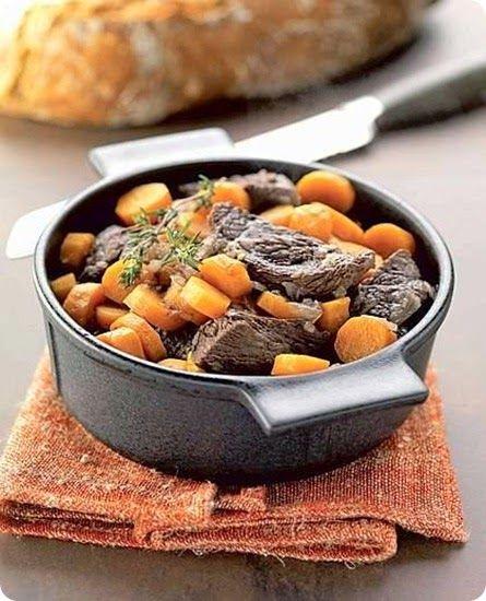 Ingredienti: per 4 persone      800 g di polpa di manzo     400 g di carote     10 g di burro     1 cipolla     1 rametto di timo    ...